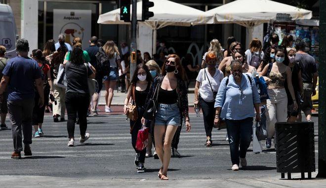 Πολίτες στο Κέντρο της Αθήνας με μάσκες.