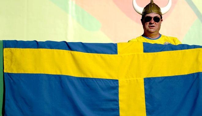 Σουηδός μπροστά στη σημαία της χώρας του
