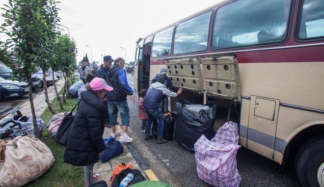 Επιχείρηση της ΕΛΑΣ για την εκκένωση του άτυπου καταυλισμού προσφύγων και μεταναστών στο βενζινάδικο στην ΠΑΘΕ, στο ύψος του Πολυκάστρου, την Δευτέρα 13 Ιουνίου 2016. (EUROKINISSI/POOL ΑΠΕ/ΝΙΚΟΣ ΑΡΒΑΝΙΤΙΔΗΣ)