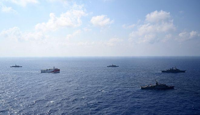 To Oruc Reis μεταξύ πλοίων του πολεμικού ναυτικού της Τουρκίας.