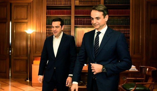 Στιγμιότυπο από συνάντηση του πρωθυπουργού Αλέξη Τσίπρα με τον πρόεδρο της ΝΔ Κυριάκο Μητσοτάκη τον Ιανουάριο του 2018