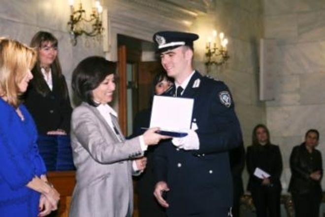 H στιγμή της βράβευσης του ως Πρώτος των Πρώτων του 2009 από την τότε Υπουργό Παιδείας Άννα Διαμαντοπούλου