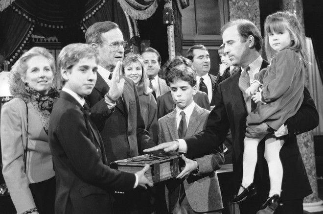 Ο Τζο Μπάιντεν με την οικογένειά του τον Ιανουάριο του 1985 κατά την ορκωμοσία του ως γερουσιαστής