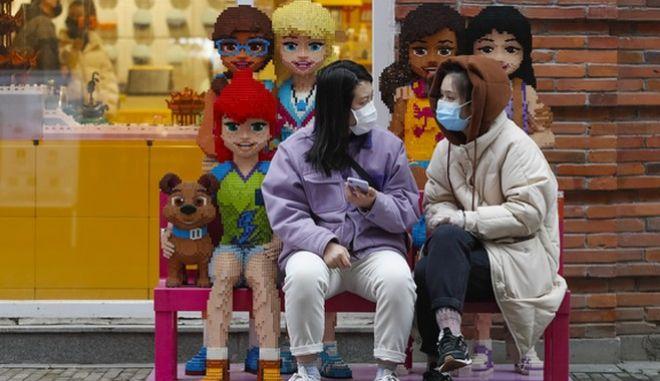 Παιδιά έξω από κατάστημα της LEGO