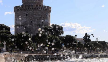 Εικόνα από την παραλία Θεσσαλονίκης με φόντο τον Λευκό Πύργο