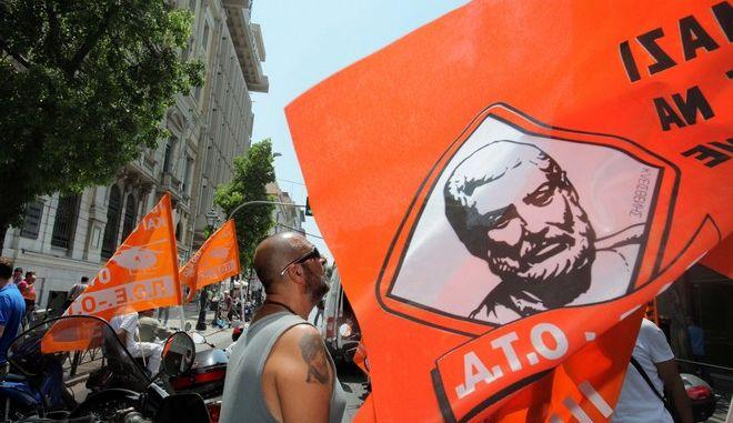 Μηχανοκίνητη πορεία στο κέντρο της Αθήνας πραγματοποιήσαν την Δευτέρα 15 Ιουλίου 2013 μέλη της ΠΟΕ ΟΤΑ που νωρίτερα συγκεντρώθηκαν έξω από τη Βουλή.  Οι δημοτικοί υπάλληλοι  που διαμαρτύρονται για τη διαθεσιμότητα στην οποία, συμφωνα με πληροφορίες, θα συμπεριληφθούν χιλιάδες δημοτικοί υπάλληλοι όλων των ειδικοτήτων, συγκεντρώθηκαν στην πλατεία Καραϊσκάκη. (EUROKINISSI/ΚΩΣΤΑΣ ΚΑΤΩΜΕΡΗΣ)