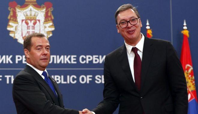Ο Ρώσος πρωθυπουργός Ντμίτρι Μεντβέντεφ και ο Σέρβος πρόεδρος Αλεξάνταρ Βούτσιτς στο Βελιγράδι