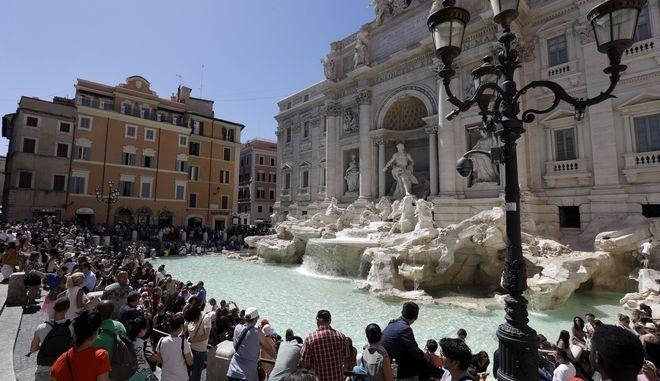 Τουρίστες στη Ρώμη (φωτογραφία αρχείου)