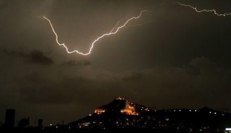 Αστραπές και σύννεφα καταιγίδας αργά το βράδυ πάνω από την Αθήνα