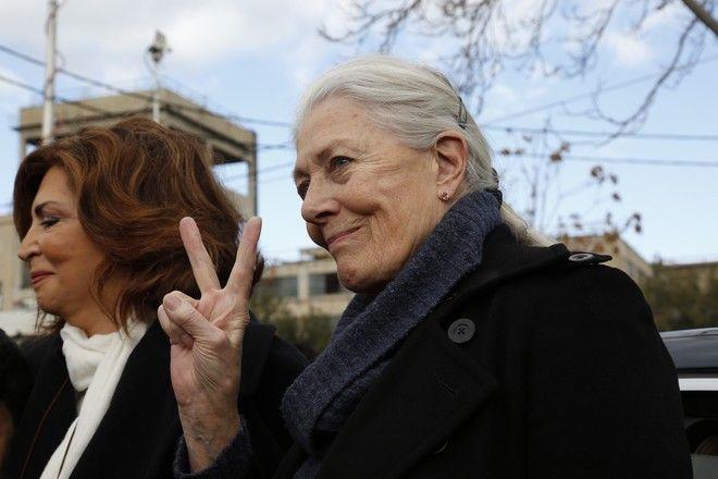 Επίσκεψη της βρετανίδας ηθοποιού, ακτιβίστριας και υπέρμαχου των ανθρωπίνων δικαιωμάτων Βανέσα Ρεντγκρέιβ, στο κέντρο φιλοξενίας προσφύγων στον Ελαιώνα την Τρίτη 5 Ιανουαρίου 2016. Η ηθοποιός που συνοδεύονταν από τον υπουργό Μεταναστευτικής Πολιτικής Γιάννη Μουζάλα και τον δήμαρχο Αθηναίων Γιώργο Καμίνη και τη Μιμή Ντενίση, συνομίλησε με πρόσφυγες και μετανάστες που μένουν εκεί, ζητώντας να μάθει τα προβλήματα που αντιμετωπίζουν. (EUROKINISSI/ΣΤΕΛΙΟΣ ΜΙΣΙΝΑΣ)