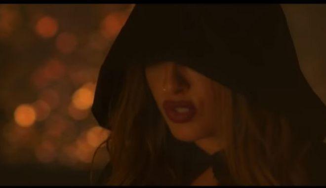 """Εικόνα της Έλενας Παπαρίζου από το νέο της βίντεο κλιπ """"Κάτι Σκοτεινό"""""""