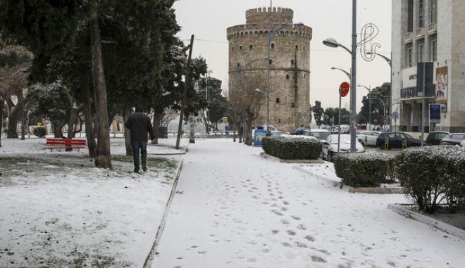 Η Θεσσαλονίκη παραδομένη στη γοητεία του χιονιού