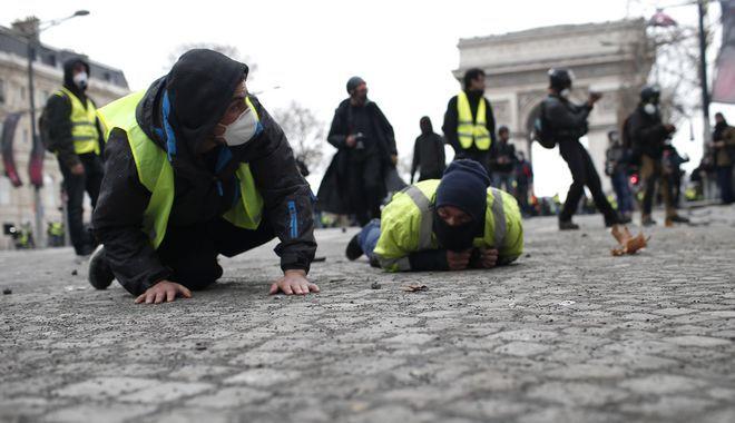 Διαδηλωτές των Κίτρινων Γιλέκων κατά τα επεισόδια στο Παρίσι