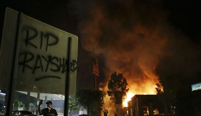 Εμπρησμός στο υποκατάστημα των Wendy's στην Ατλάντα, όπου δολοφονήθηκε από αστυνομικά πυρά ο Ρέισαρντ Μπρουκς