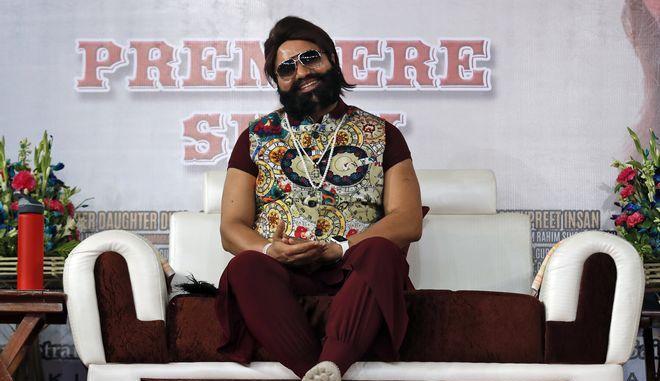 Ο Ινδός γκουρού Γκουρμίτ Ραμ Ραχίμ Σινγκ σε πρεμιέρα ταινίας στο Νέο Δελχί τον Μάιο του 2017