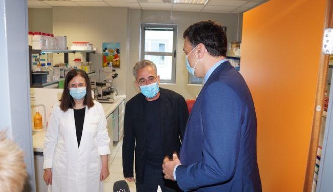 Ο Επιστημονικός Υπεύθυνος του Κέντρου Κυτταρικής και Γονιδιακής Θεραπείας Δρ Ευγένιος Γουσέτης με τον Υπουργό Υγείας κ. Βασίλη Κικίλια.