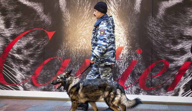 Ρώσος αστυνομικός ελέγχει εμπορικό κέντρο στην Κόκκινη πλατεία της Μόσχας μετά τις απειλές για βόμβα