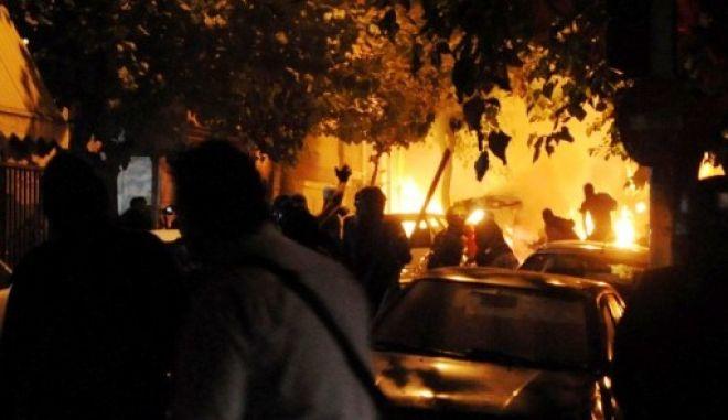 Επίθεση με βόμβες μολότοφ στο Αστυνομικό Τμήμα Εξαρχείων