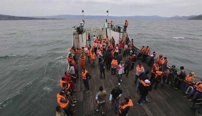 Διασωθέντες από ναυάγιο πορθμείου στη λίμνη Τομπά, στη νήσο Σουμάτρα