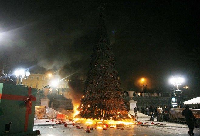 Το χριστουγεννιάτικο δέντρο της Αθήνας στις φλόγες τον Δεκέμβρη του 2008