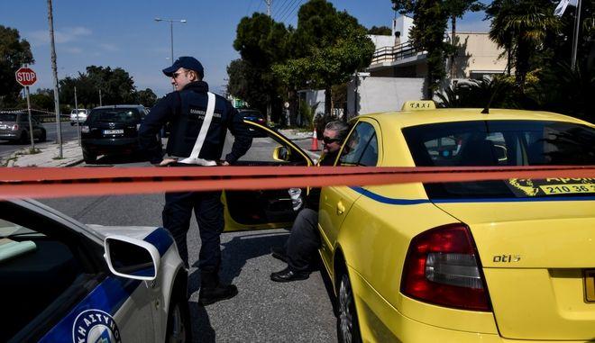 Η γυναίκα προσπάθησε να διαφύγει με ταξί ενώ ο άντρας που την πυροβόλησε αυτοπυροβολήθηκε