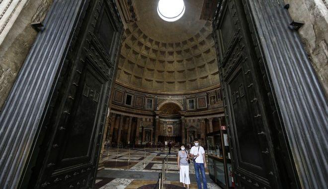 Επισκέπτες στο Πάνθεον της Ρώμης σε καιρό κορονοϊού