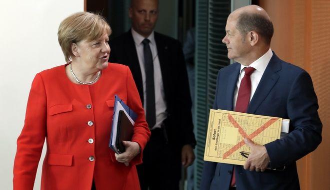 Η Άνγκελα Μέρκελ και ο υπουργός Οικονομικών Όλαφ Σολτς