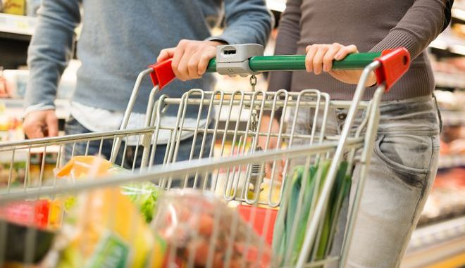 Ζευγάρι ψωνίζει σε σούπερμάρκετ