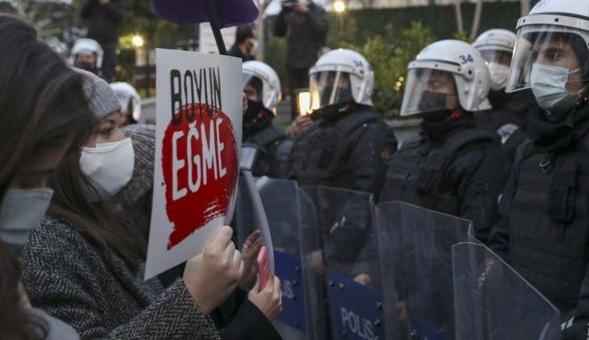 Διαδηλωτές μπροστά σε αστυνομικούς στην Τουρκία