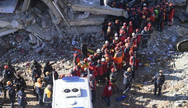 Σωστικά συνεργεία αναζητούν επιζώντες.
