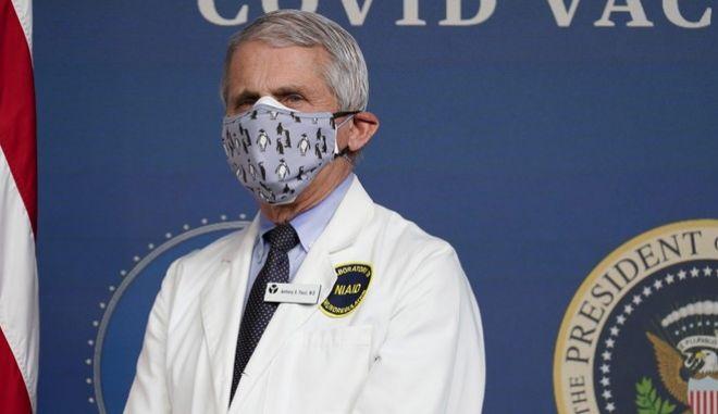 Ο Άντονι Φαούτσι, διευθυντής του National Institute of Allergy and Infectious Diseases ήταν εξ αυτών που προώθησαν τη χρήση της διπλής μάσκας.