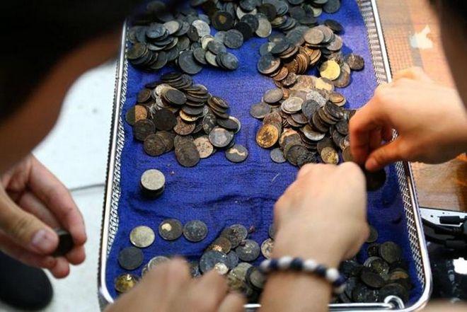 Χειρουργοί αφαίρεσαν 915 νομίσματα από το στομάχι θαλάσσιας χελώνας