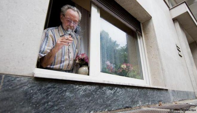 """Γερμανία: Δικαστική δικαίωση καπνιστή που είχε """"βρωμίσει"""" την πολυκατοικία"""