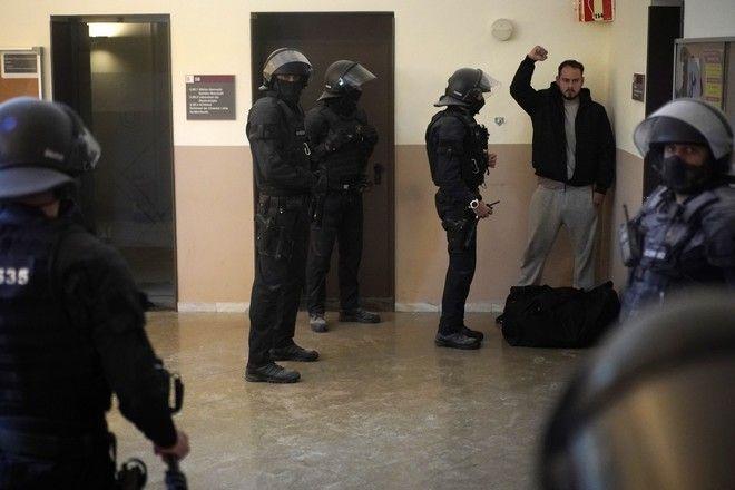 Ο Ισπανός ράπερ Πάμπλο Χασέλ κατά τη  σύλληψή του