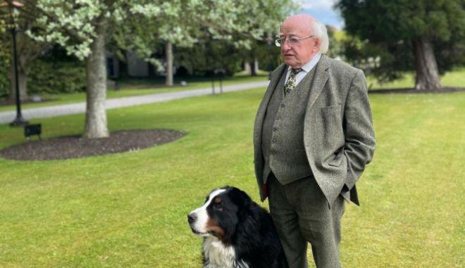 Ιρλανδία: Ο πρόεδρος Χίγκινς μιλούσε ενώ ο σκύλος του ζητούσε επίμονα χάδια