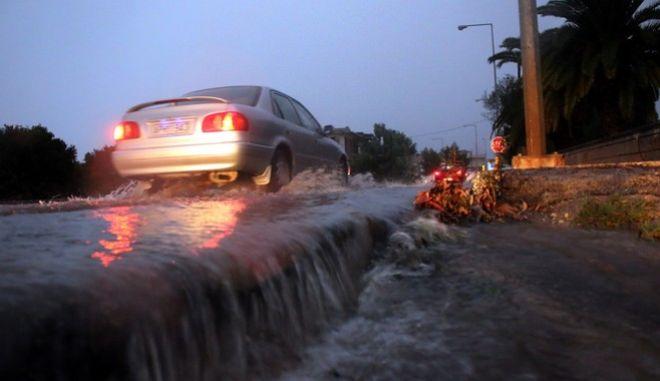 Η ισχυρή βροχόπτωση  μετέτρεψε την πόλη του Άργους σε  λίμνη.Πλημμύρισαν σχεδόν όλοι οι δρόμοι ,υπήρξαν πτώσης δέντρων ,διακοπή ρεύματος και πάρα πολλές κλήσεις στην πυροσβεστική για πλημμυρισμένα υπόγεια. Η τροχαία αναγκάστηκε να διακόψει την κυκλοφορία των οχημάτων στις εισόδους της πόλης για λίγη ώρα.(eurokinissi-Βασίλης Παπαδόπουλος)