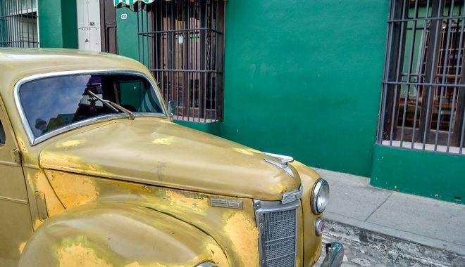 Αμάξι αντίκα στα πλακόστρωτα στενά του Τρινιδάδ, στην Κούβα