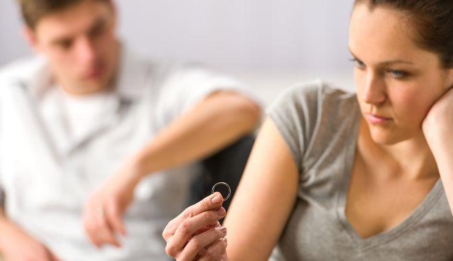 Νεαρό ζευγάρι με προβλήματα γάμου