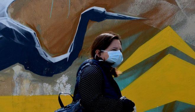Με μάσκες κυκλοφορούν πολίτες