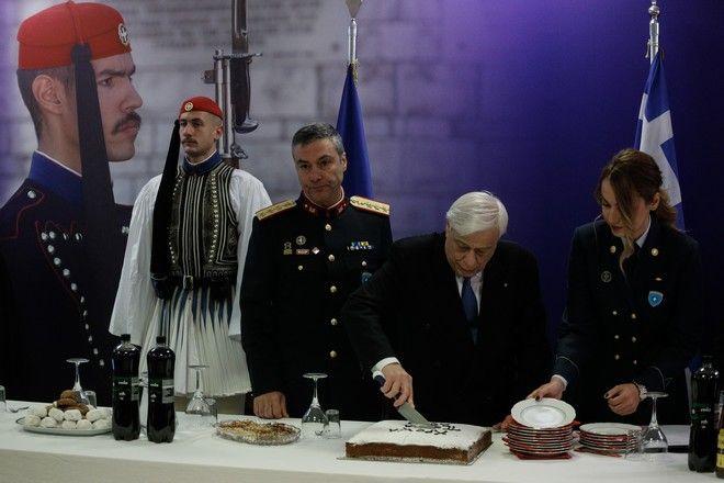 Ο Πρόεδρος της Δημοκρατίας Πρ. Παυλόπουλος κόβει την Πρωτοχρονιάτικη πίτα της  Προεδρικής Φρουράς
