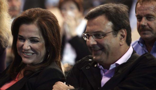 Η υποψήφια αρχηγός της Ν.Δ Ντόρα Μπακογιάννη ( κ ) με τον Ισίδωρο Κούβελο σε στιγμιότυπο απο την 2η ημέρα του εκτάκτου συνεδρίου του κόμματος,σήμερα Κυριακή 08 Νοεβρίου 2009  (EUROKINISSI / ΧΑΣΙΑΛΗΣ ΒΑΪΟΣ)