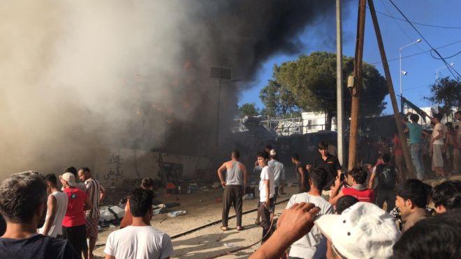 Φωτιά στη Μόρια: Νεκρή μία μάνα με το παιδί της - Έκρυθμη η κατάσταση στον καταυλισμό