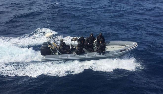 Στη Σύρο ρυμουλκείται το φορτηγό πλοίο που έπλεε ακυβέρνητο