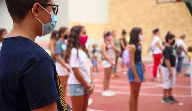 Μαθητές με μάσκες