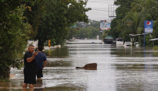 Πέρασμα του κυκλώνα Γιώτα από το Ελ Σλαβαδόρ