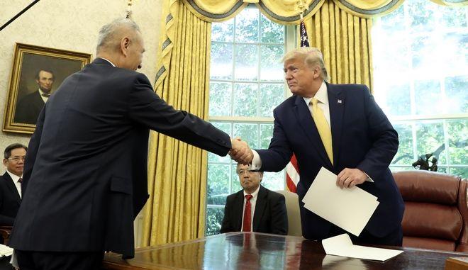 O Αμερικανός πρόεδρος Ντόναλντ Τραμπ και ο αντιπρόεδρος της Κίνας Λίου Χε στον Λευκό Οίκο