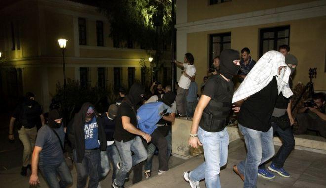 Το δεύτερο γκρούπ των κατηγορουμένων  μεταφέρονται από άνδρες των ΕΚΑΜ στον εισαγγελέα στα δικαστήρια της Ευελπίδων το Σάββατο 28 Σεπτεμβρίου 2013. (EUROKINISSI/ΓΕΩΡΓΙΑ ΠΑΝΑΓΟΠΟΥΛΟΥ)