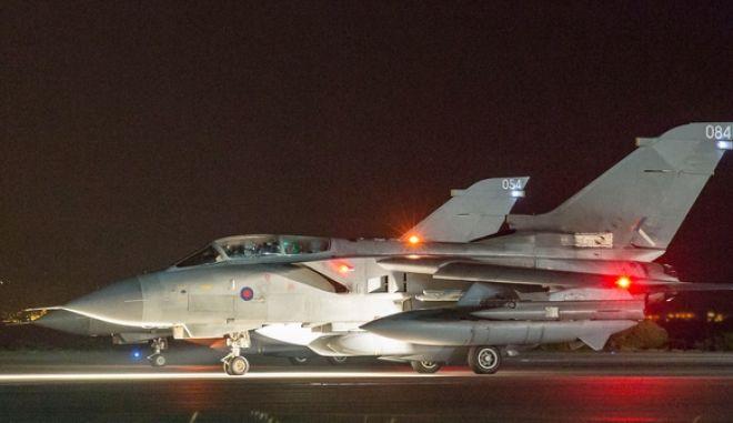 Δυο βρετανικά μαχητικά RAF Tornados απογειώνονται για να πραγματοποιήσουν επιδρομές στη Συρία