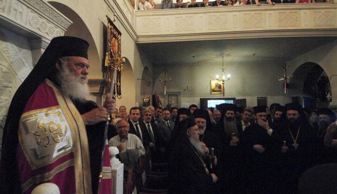 Στιγμιότυπο από τον εορτασμό του πολιούχου της πόλης των Τρικάλων Αγίου Βησσαρίωνα το απόγευμα του Σαββάτου 9 Μαΐου 2015, παρουσία του Αρχιεπισκόπου Αθηνών και Πάσης Ελλάδος Ιερωνύμου και πλειάδας Αρχιερέων. Τό Σάββατο το απόγευμα στά προπύλαια του Ιερού Προσκυνηματικού Ναού Αγίου Βησσαρίωνος Τρικάλων έγινε υπό του Μακαριωτάτου Ιερωνύμου και των Μητροπολιτών Τρίκκης και Σταγών Αλεξίου, Λαρίσης και Τυρνάβου Ιγνατίου, Διδυμοτείχου, Ορεστιάδος και Σουφλίου Δαμασκηνού, Καρθαγένης Αλεξίου, Σύρου  Δωροθέου, Ελασσόνος Χαρίτωνος, Θεσσαλιώτιδος και Φαναριοφερσάλων Τιμοθέου καί Μεγάρων και Σαλαμίνος Κωνσταντίνου, η υποδοχή της Τιμίας Κάρας του Αγίου η οποία και φυλάσσεται στην Ιερά Μονή Δουσίκου, κτήτωρ της οποίας υπήρξε ο ίδιος ο Άγιος Βησσαρίων. Ακολούθησε Μέγας Πανηγυρικός Εσπερινός (φωτό) και η Λιτάνευση της Τίμιας Κάρας και της Ιεράς εικόνας στους κεντρικούς δρόμους της πόλης των Τρικάλων, με κατάληξη την κεντρική πλατεία όπου έγινε η Αρτοκλασία και κηρύχτηκε ο Θείος Λόγος. (EUROKINISSI/ΘΑΝΑΣΗΣ ΚΑΛΛΙΑΡΑΣ)