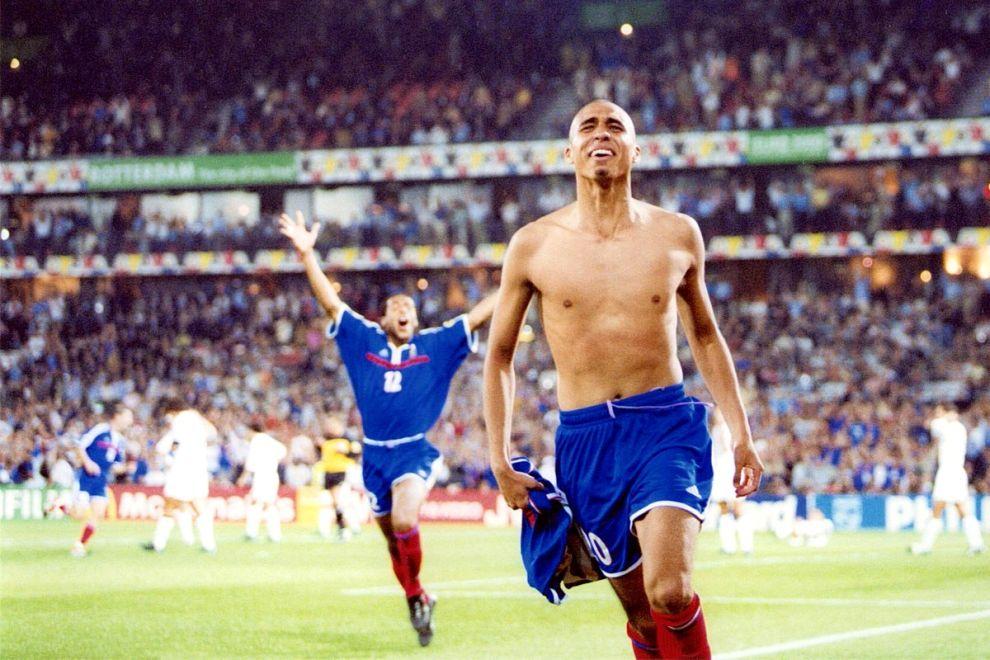 """Ο Νταβίντ Τρεζεγκέ μόλις έχει πετύχει το """"χρυσό"""" γκολ στον τελικό του Euro του 2000 επί της Ιταλίας (2-1) και πανηγυρίζει (2/7/2000)."""